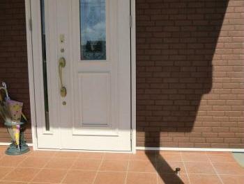 玄関戸当りのおかげで風の強い日でも 安心して出かけることができます♪