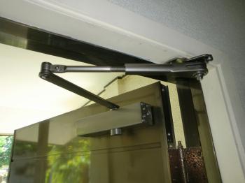 玄関ドアのクローザー交換で開閉スムーズに!