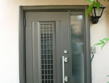 断熱・防犯にも優れた明るく、きれいになった玄関に大満足です。